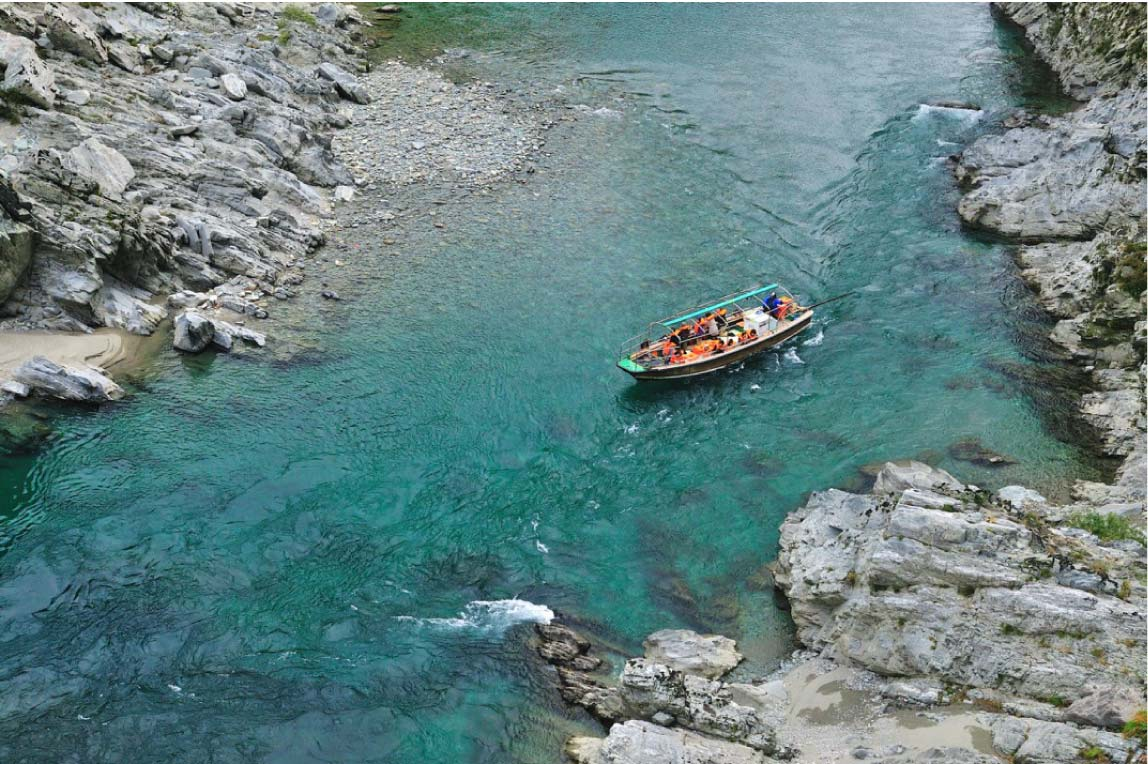 長い年月をかけて浸食されてできた大歩危峡と切り立つ山々を見られる「大歩危峡観光遊覧船」