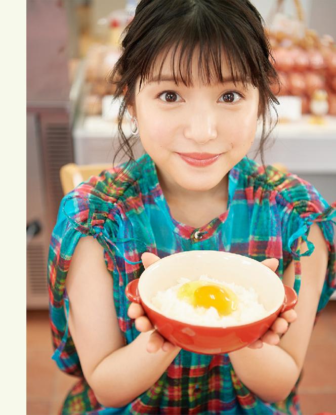 卵らんハウスの卵かけごはんを持つ川島海荷さん