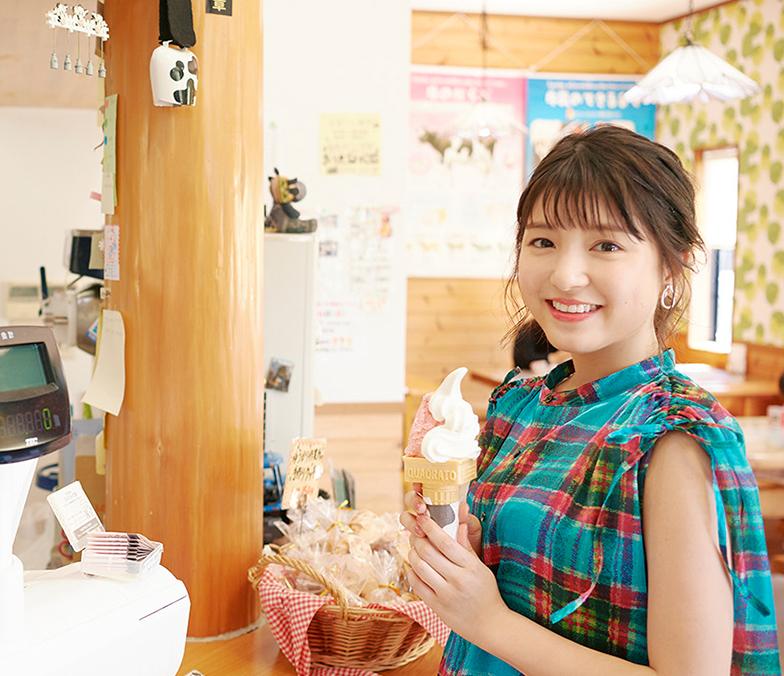 川島海荷さんはいちご&ミルクのソフトクリームをチョイス