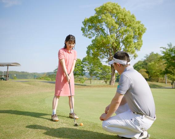 ゴルフに挑戦する川島海荷さん