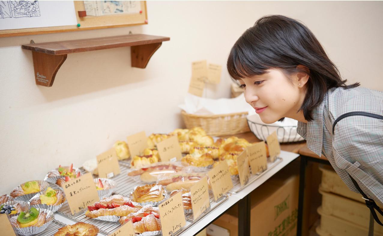 パン有本でパンを選ぶ川島海荷さん