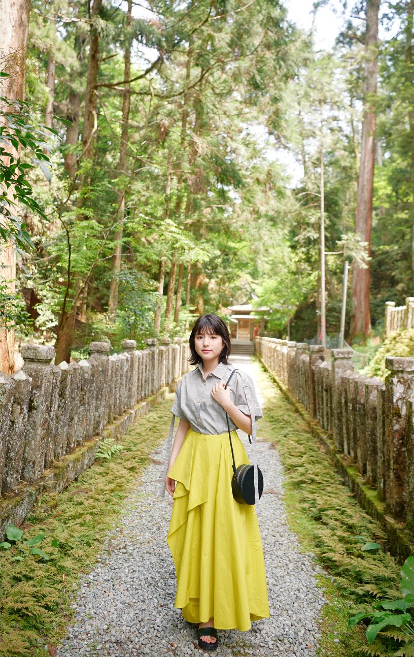 岩戸川沿いに並ぶ参道を辿る川島海荷さん