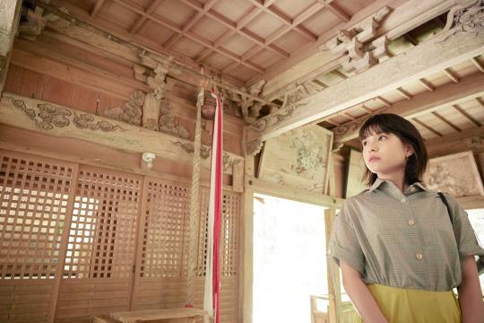 宮大工・中井家一統が手がけたアーティスティックな彫刻を眺める川島海荷さん