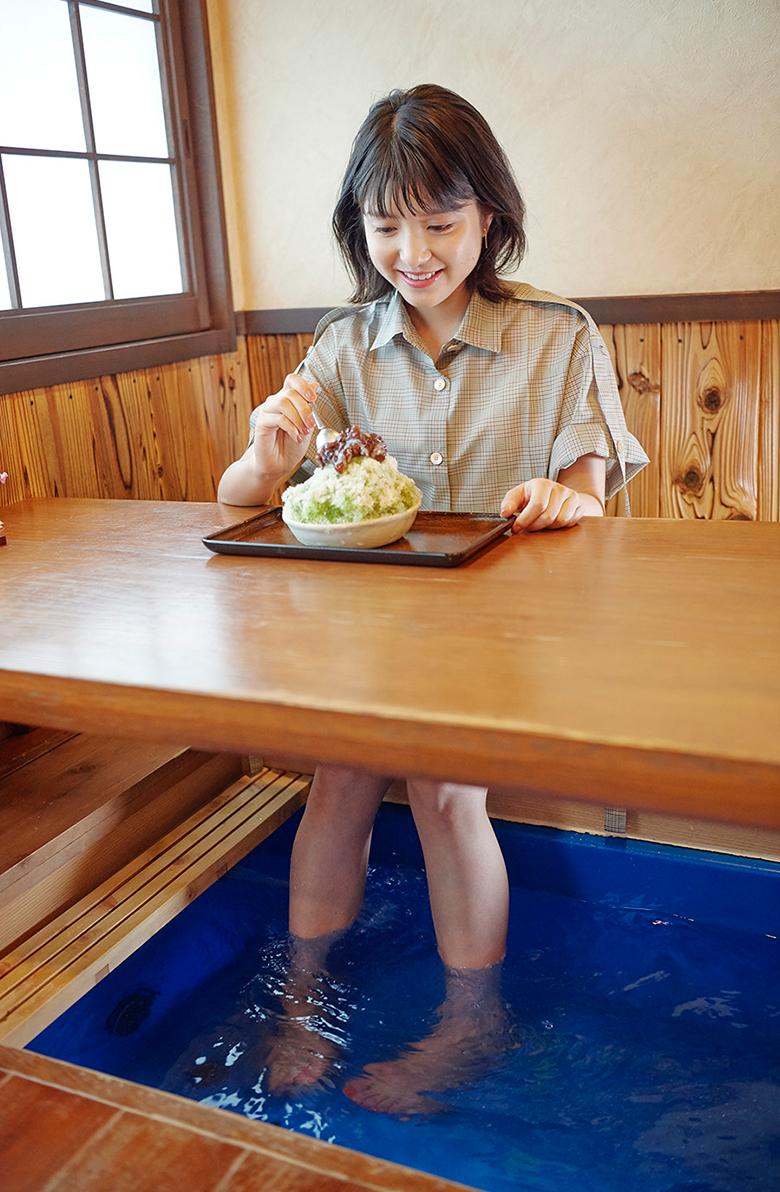 足湯で疲れを癒しながらかき氷を食べる川島海荷さん