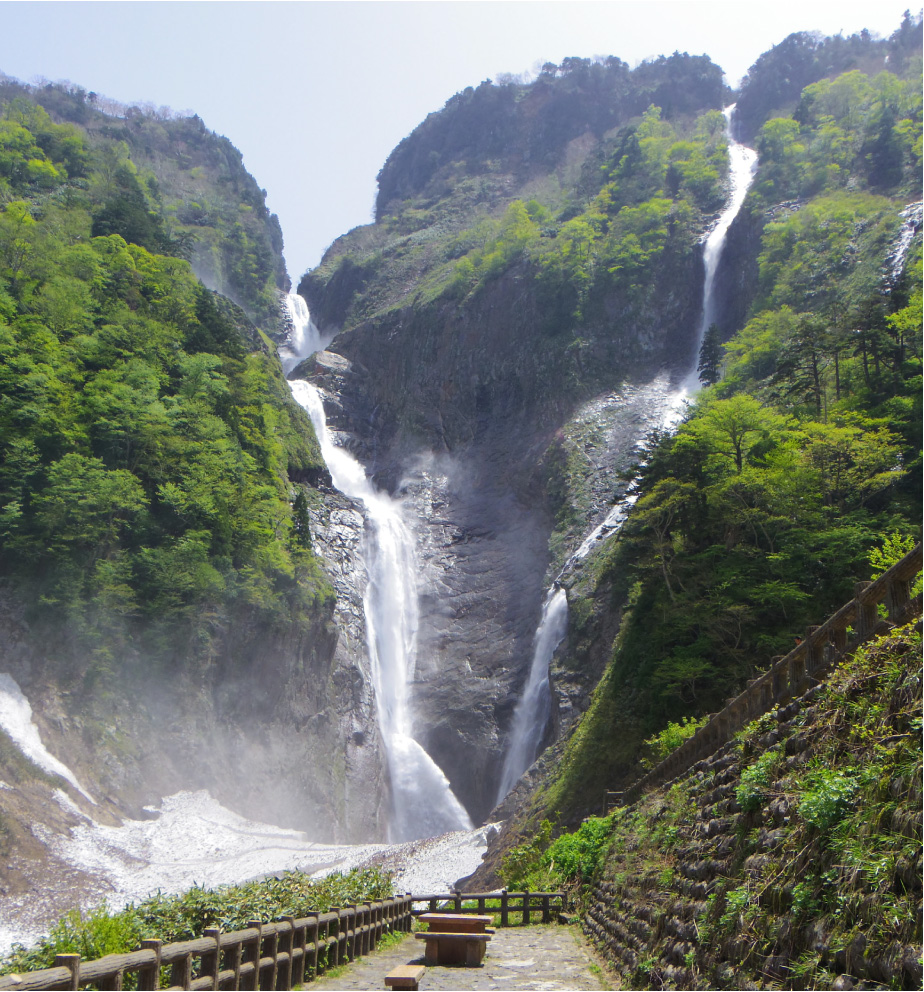 水煙が幻想的な富山県の「ハンノキ滝(右)」