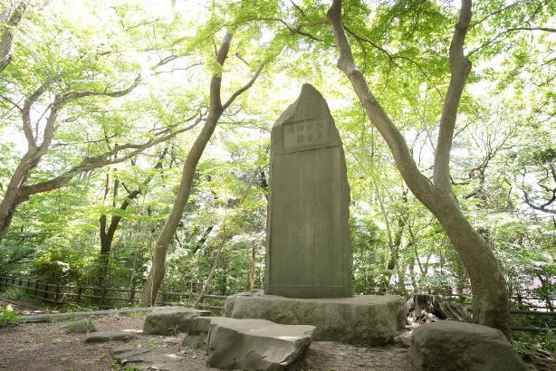 川に落ちた学生を救おうとして殉職した教師の碑。『乞食学生』に登場