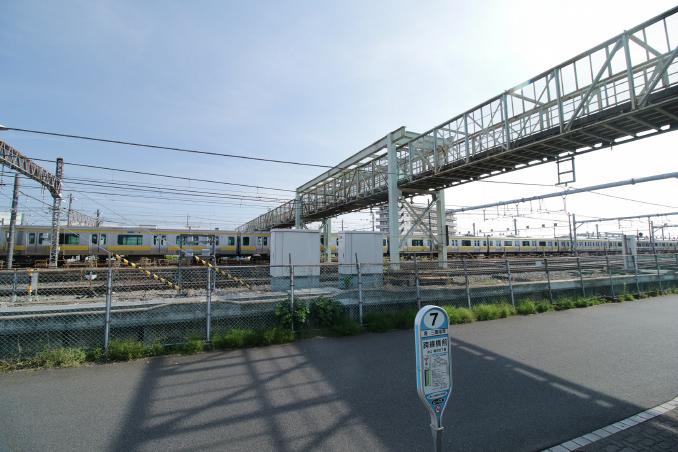 橋の上で撮られた太宰のマント姿の写真が有名