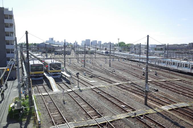 跨線橋の上からは、広い電車庫を眺められる