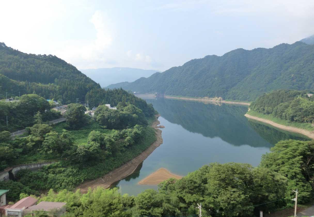 ダム建設によってできた「赤谷湖」は、周辺を山で囲われた美しい景観。