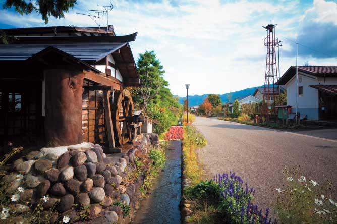 昭和50年代の民家や農村風景が広がる「道の駅たくみの里」