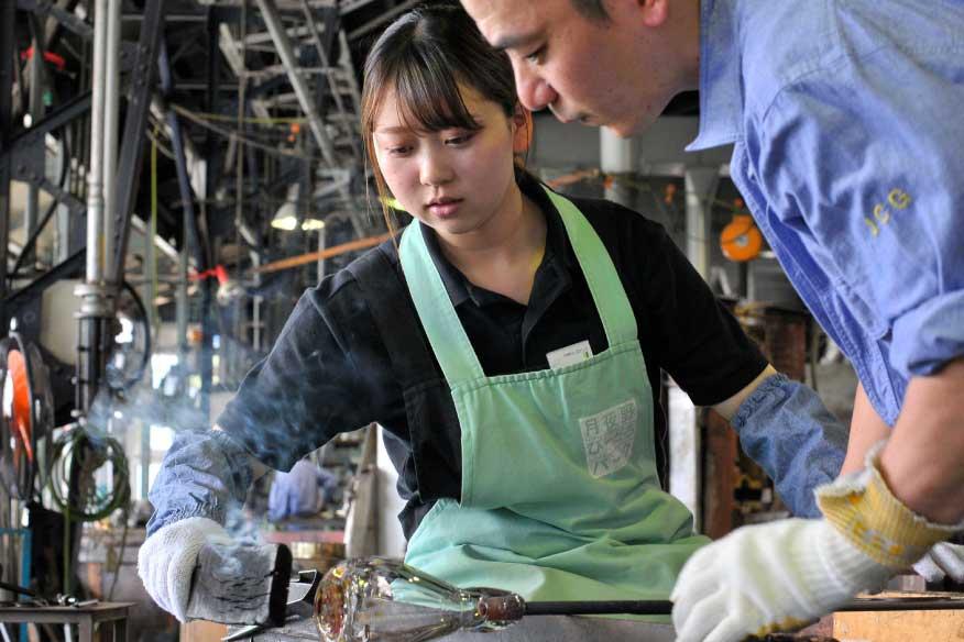 ガラス体験工房では、一輪挿し、絵や文字のガラス彫刻が作れる