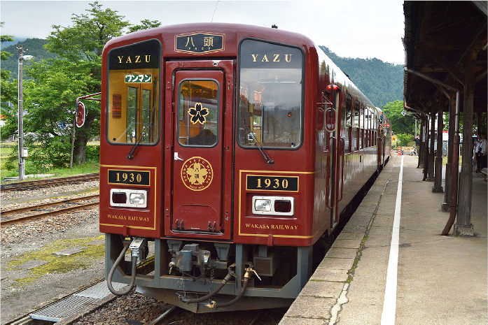 2019年3月、観光列車第二弾として運行を開始した「八頭号」