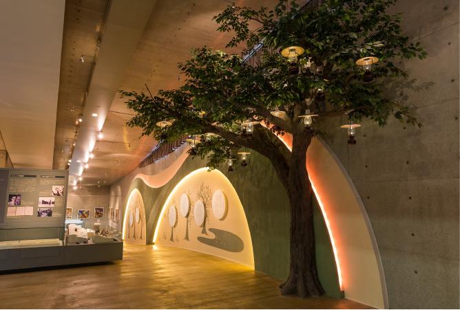 展示室には『おじいさんのランプ』に登場するランプの木のオブジェが