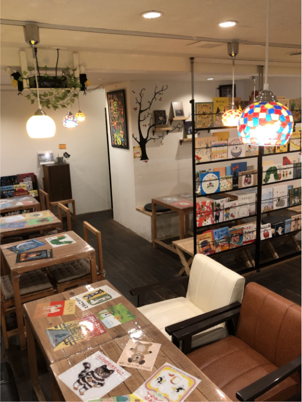 店内にある500冊以上の絵本を好きな席で読める