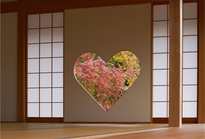 猪目窓からは春は桜、夏は新緑、秋は紅葉、冬は雪と移ろう四季の景色を楽しめる
