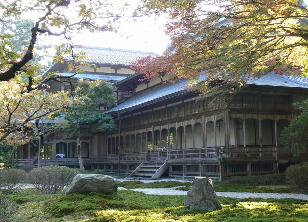 大書院には枯山水の庭があり、その下には琵琶湖が見える