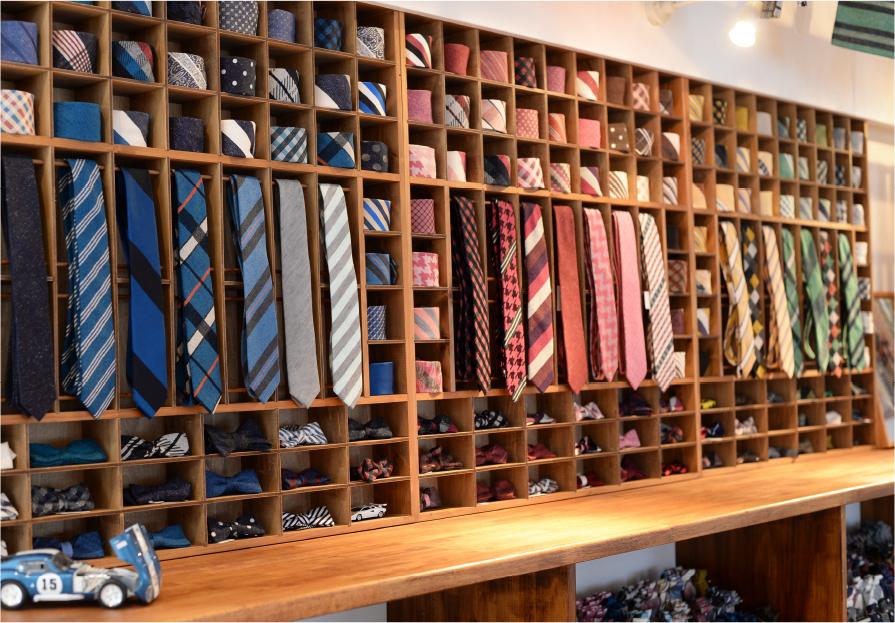 富士山の麓、標高680mにあるアトリエショップ。平安時代から続く「紗織り(しゃおり)」という織り方で織ったネクタイやストールを販売している