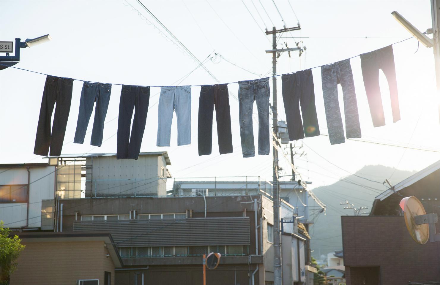 ジーンズストリートは、風ではためくジーンズが出迎えてくれているよう