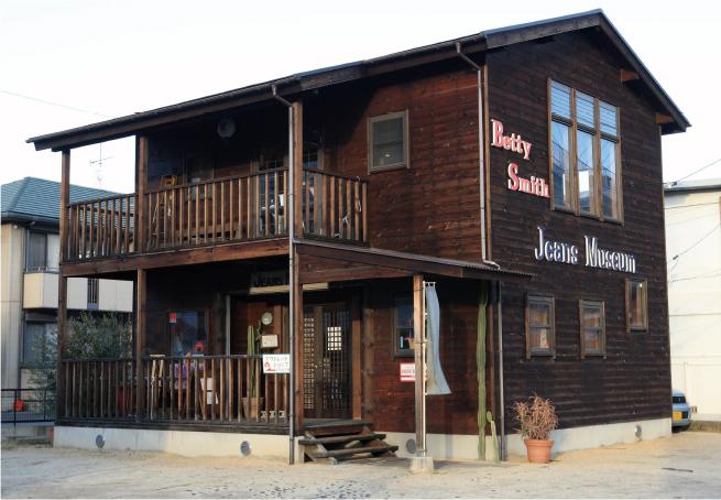 2003年に開館した「ジーンズミュージアム1号館」は、米国で誕生したジーンズの歴史などを学べる展示がされている