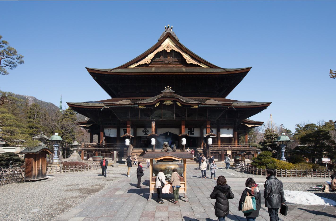国内有数の木造建築の本堂は、宝永4(1707)年の再建で江戸時代中期を代表する仏教建築