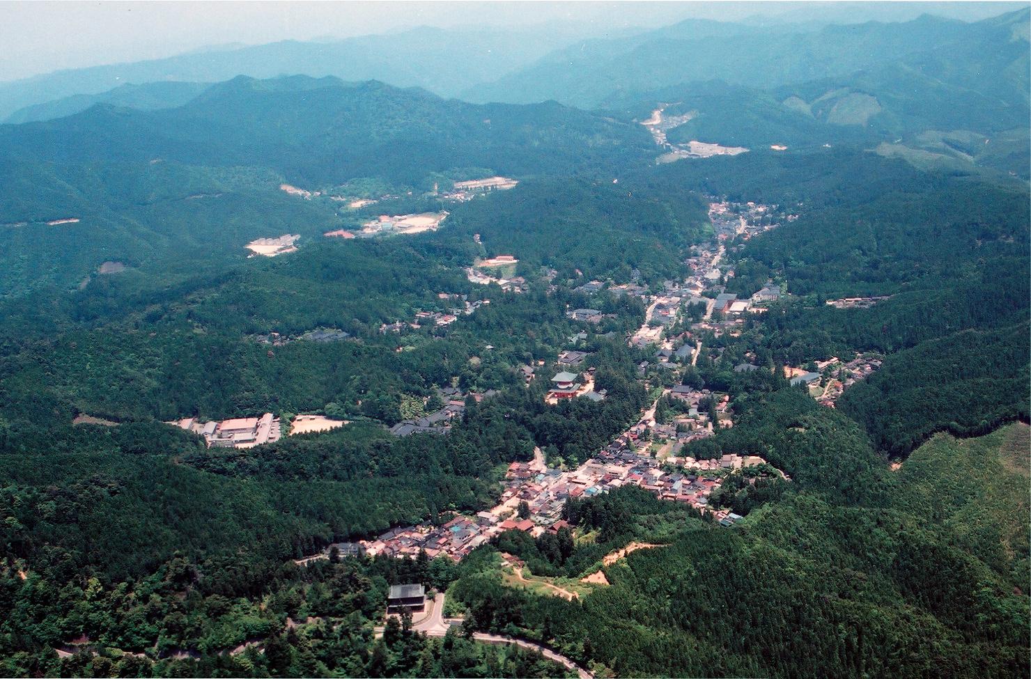 歴史や文化にまつわるさまざまな名所と逸話がある高野山