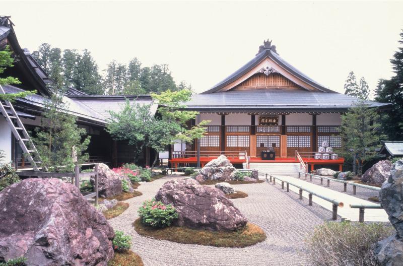 弘法大師が高野山開創にあたって修行した聖地に建立された遍照尊院の本堂