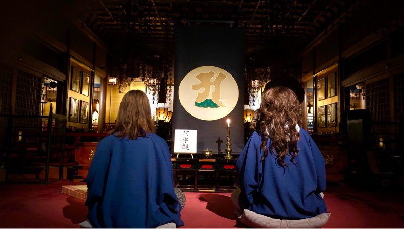 宿坊の本堂では仏の心を感じることを目的とした、瞑想の中でも重要な阿字観を体験できる