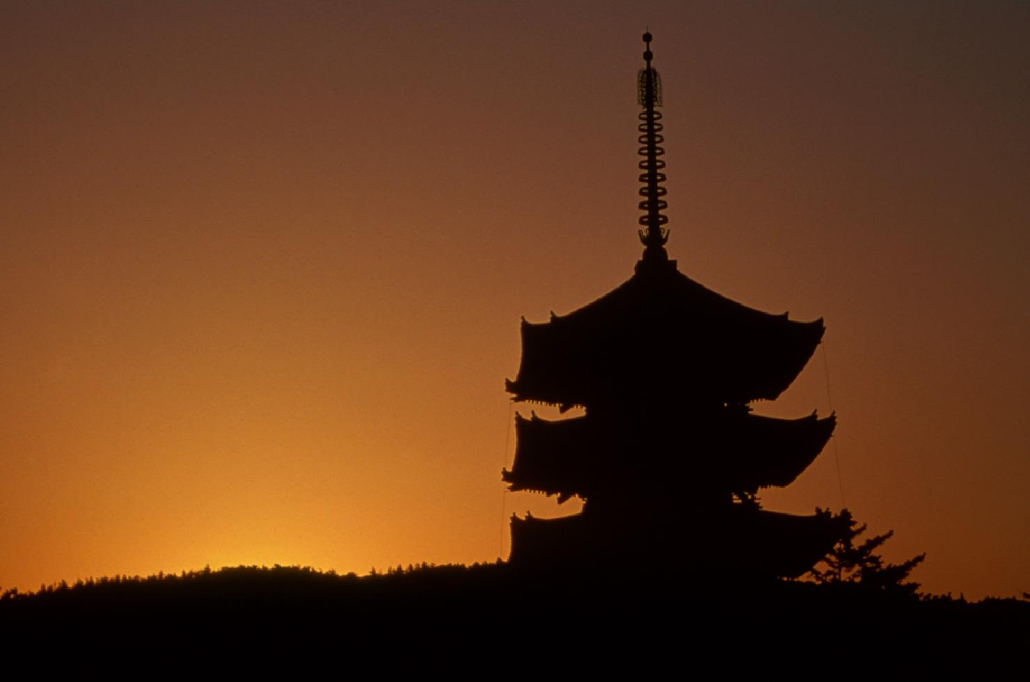 鮮やかな朝焼けと興福寺のシルエットが織りなす景色