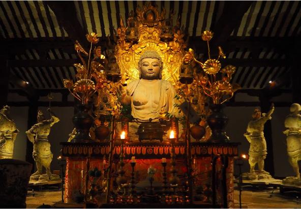 本堂内の円壇中央に木彫りの大きな薬師如来坐像がおられ、薬師如来を守るために12人の武将が円陣を組んでおられます(新薬師寺)