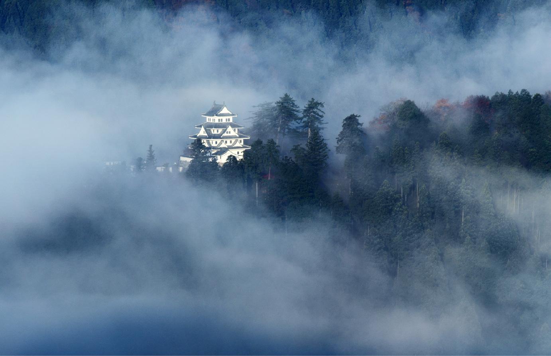 朝霧に包まれた幻想的な風景から「天空の城」として一躍有名になった郡上八幡城