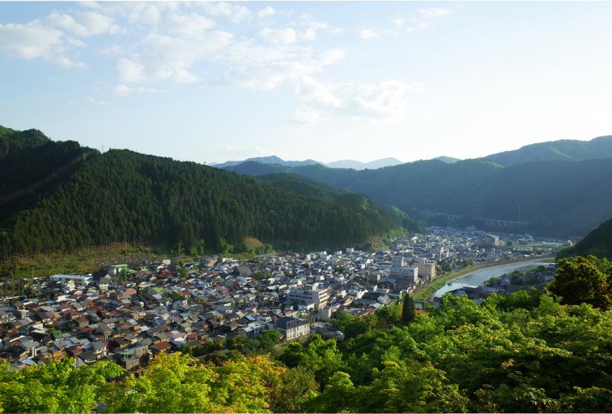 国の伝統的建造物保存地区の選定を受けているエリアが多く、昔ながらの町家が軒を連ねる風情ある街並みが残る城下町