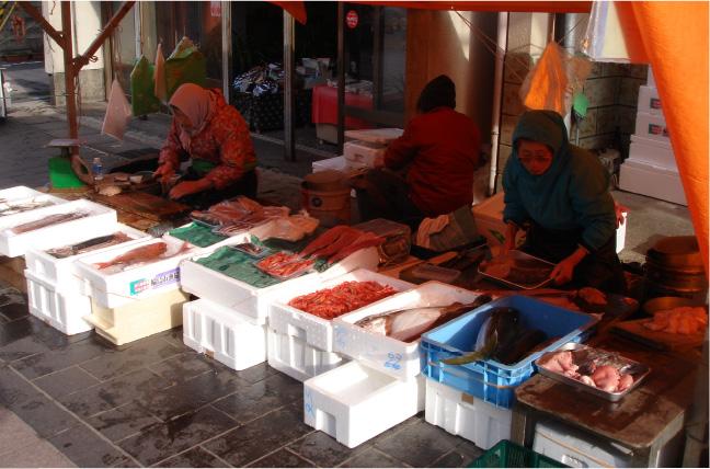 新鮮な魚介類が並ぶ露店では、売り子さんとの会話も楽しみのひとつ