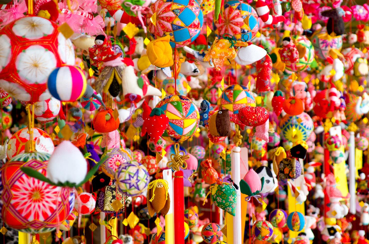鶴、亀、海老、三番叟など縁起のいい物を吊るし、女の子の幸せと健康などを願う「さげもん」