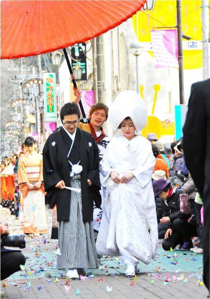昔ながらの伝統的な花嫁行列を再現。公募で選ばれた新郎新婦が多くの人に祝福されながら練り歩く