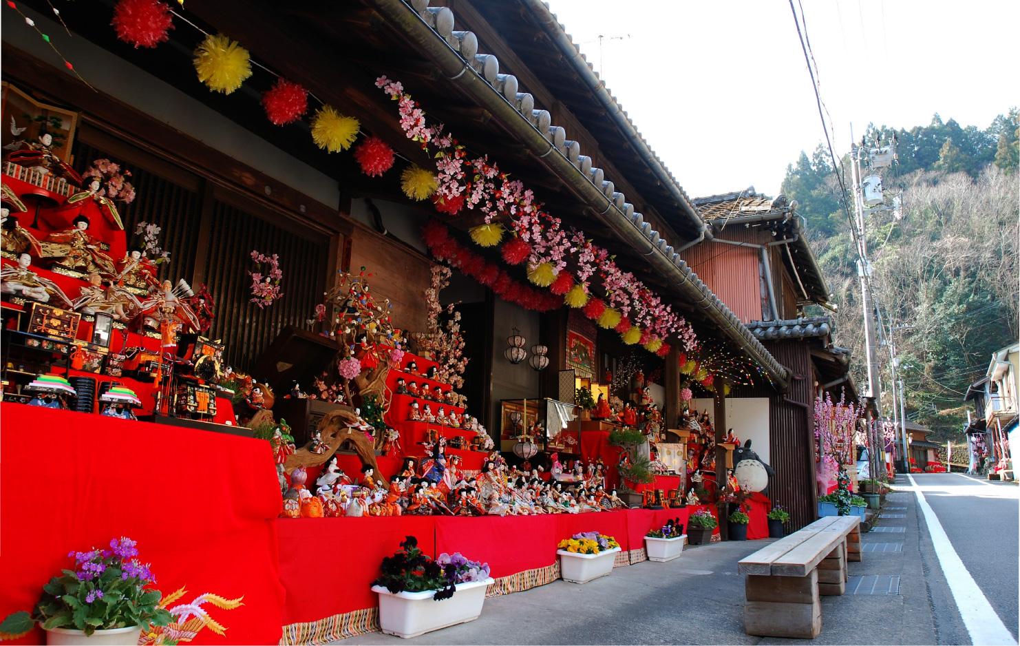 旧街道では、家の軒先に数々のひな人形が飾られ、観光客を楽しませている