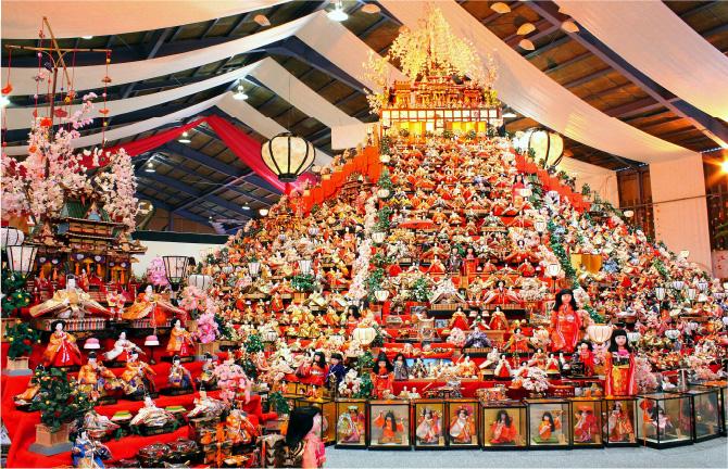 人形文化交流館にそびえ立つ、ピラミッド状の百段のひな壇は壮観