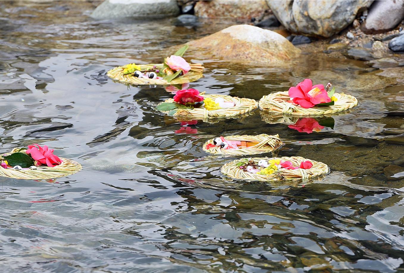 旧暦の3月3日に、紙びなを桟俵に乗せ、桃の小枝と椿の花や菜の花を添えて、千代川(せんだいがわ)に流す