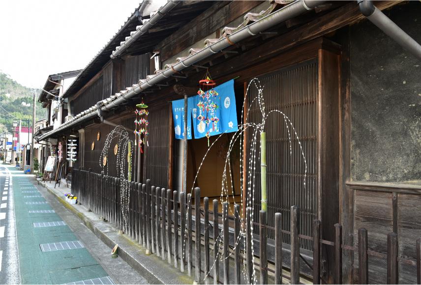 流しびな作りの体験のほか、行事前日の3月25日と26日、街中でもひな飾りを見ることができる