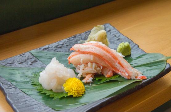 富山湾で水揚げされた紅ズワイ蟹と白エビのお造りは絶品