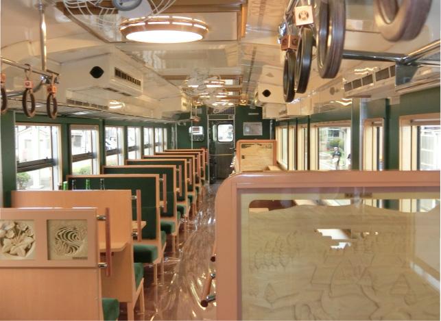 つり革の持ち手は高岡銅器を連想させる銅箔をあしらい、窓枠は額縁風にデザインされるなど、走るギャラリーのよう