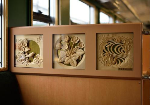 南砺市の伝統工芸品である井波彫刻が8作品展示されている