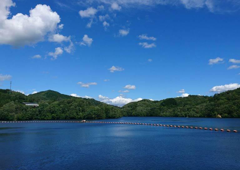 きらめく湖面が美しい三河湖でのんびり過ごす