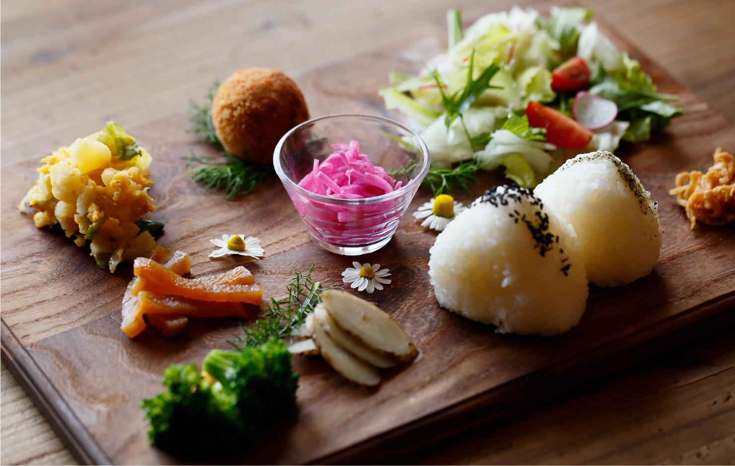 採れたての野菜や無農薬のお米で作られる動物性食材不使用のランチプレート「ベジ・おむすびランチ」