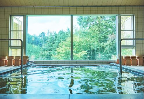 カミツレエキスをたっぷり入れた琥珀色の華密恋の湯は、体を芯から温め、入浴後の肌はしっとりなめらかに