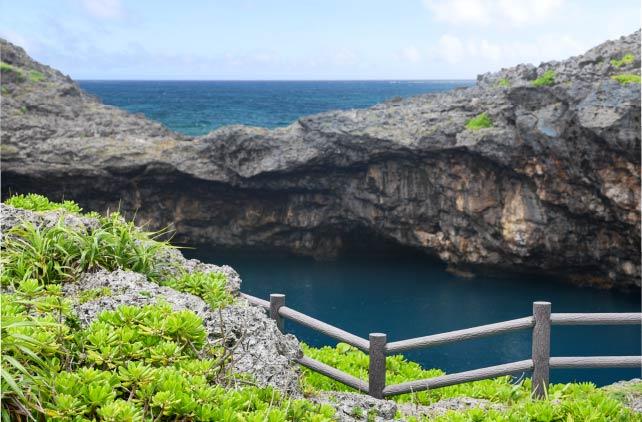 数々の伝説が残された「通り池」など、島内のスピリチュアルスポットを巡るツアーも