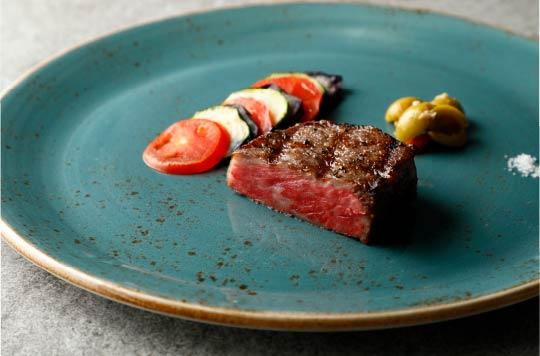 ディナーは、希少な宮古牛や島の海の幸などを盛り込んだ2種類のコースから選べる