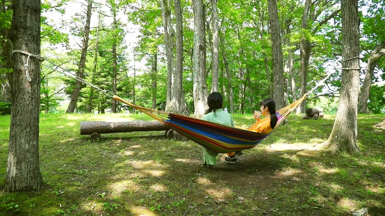 高原の風に吹かれながらお昼寝や読書に最適な「うたたねハンモック」で森林浴
