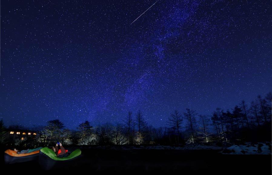 天体観測「みのむしスターウオッチング」では、マミー型の寝袋に包まれ、星空鑑賞や月光浴を楽しむことができる