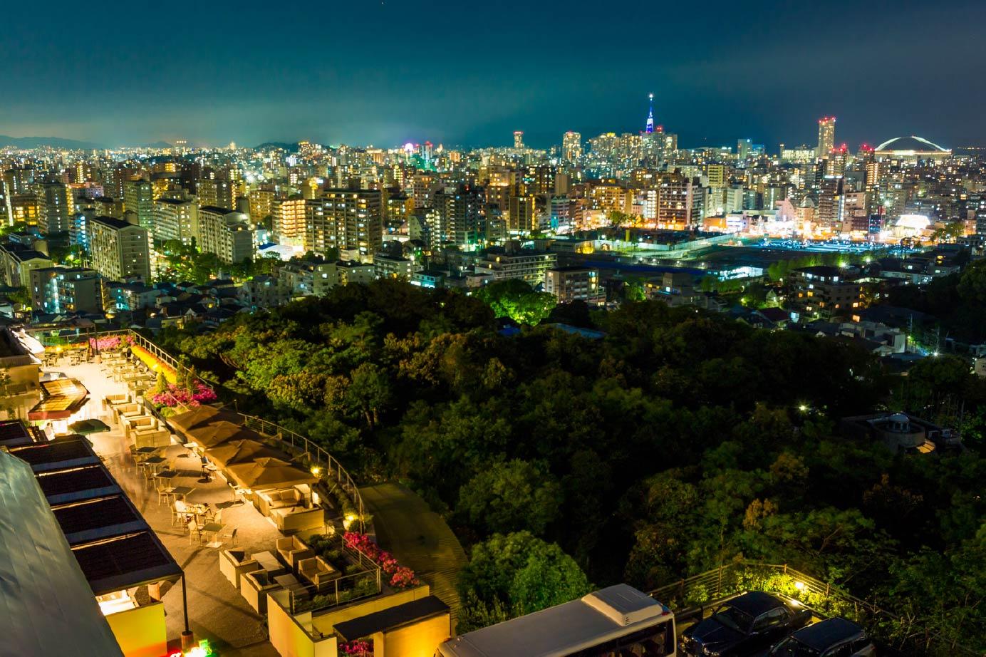 高台に建っているので、客室の窓から福岡市内を一望できる