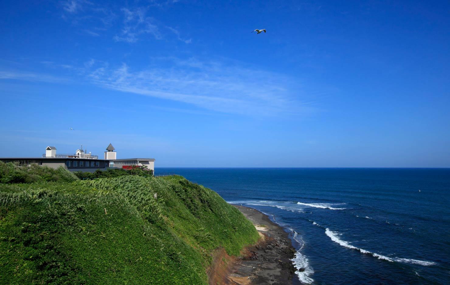 ホテルの目の前には大海原が広がり、心地よい波の音が聞こえる